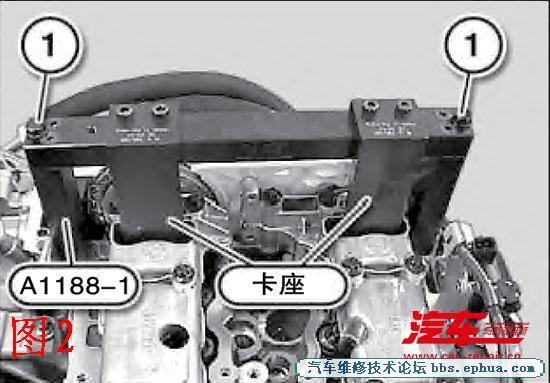 (3)将专用工具H.C.B-A1188-1用螺栓进行装配(图2)。如果无法安装专用工具H.C.B-A1188-1,则必须在凸轮轴上的后部六角段上扭转凸轮轴。在1缸处于上止点位置,6缸上的排气凸轮轴和进气凸轮轴的凸轮应斜向下方。 (4)松开排气凸轮轴的中心螺栓和进气凸轮轴的中心螺栓。