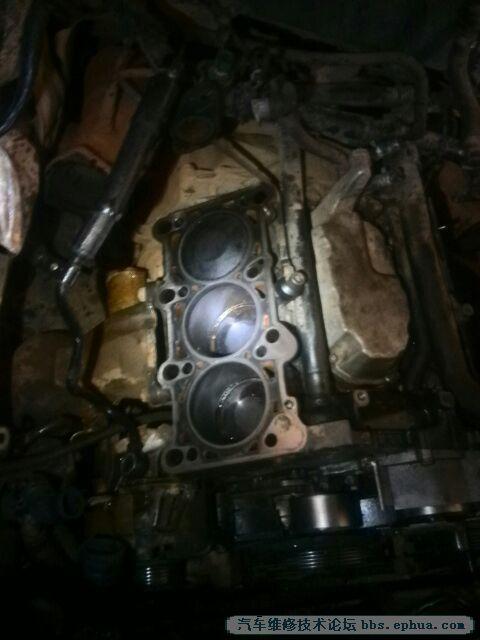 老款奥迪a62.4六缸拆缸盖出来换气缸垫,发现方向助力泵进油高清图片